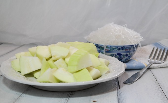 gourd peel and chop        soak  vermicelli in hot water for 3 mins ,drain and set aside