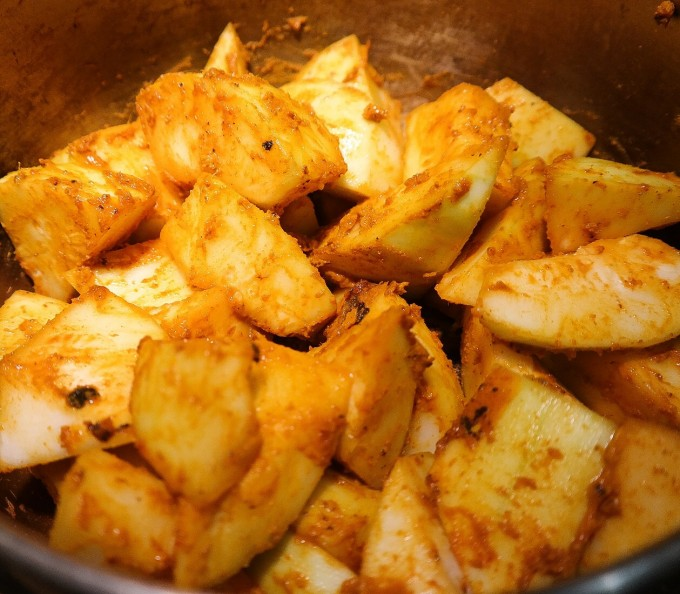 Add seasoning paste in a hot pan,  add gourd and stir well .