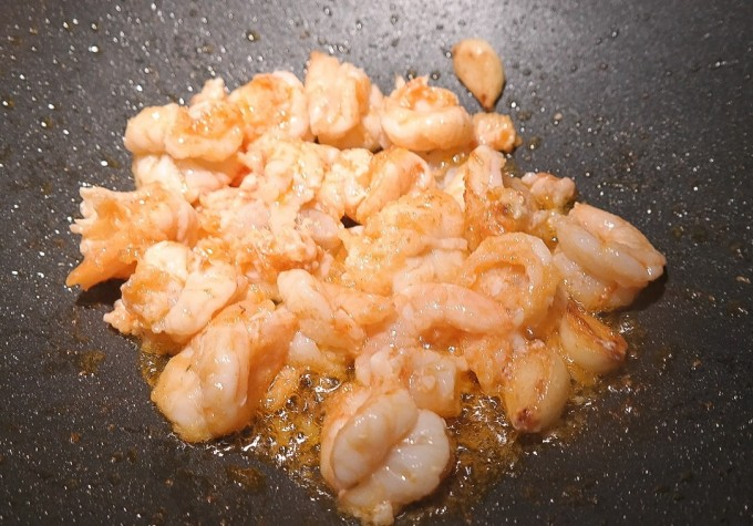 Sauté shrimps with hot oil, hot pan