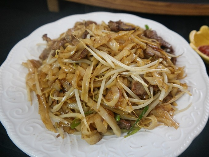 Home Style sautéed  beef rice noodle ( beef chow hor fun)